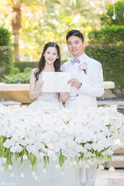 """Đám cưới lãng mạn và hạnh phúc của """"cô bé trà sữa"""" và đại gia 40 tuổi"""