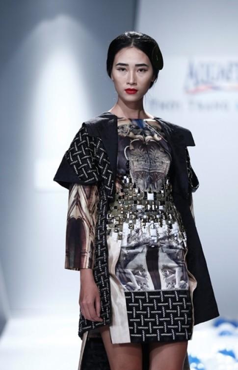Dàn mẫu Việt 'ma mị' với trang phục họa tiết lâu đài cổ