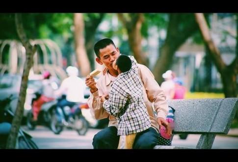 Đằng sau bức ảnh em bé khuyết tật hôn cha nghèo giữa phố Hà Nội