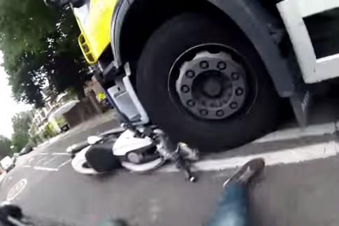 Ducati Monster nát đầu dưới gầm xe tải