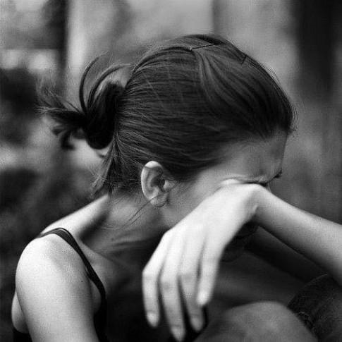 Em giấu nỗi buồn vào trong đôi mắt...