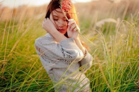 Em muốn được bước đi bên anh trong mùa xà cừ đổ lá!