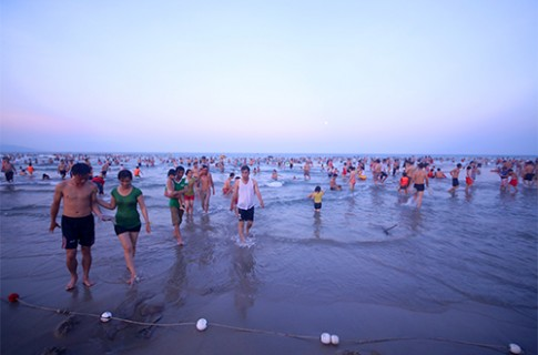 Gây mất vệ sinh ở bãi biển Đà Nẵng bị phạt 300.000 đồng