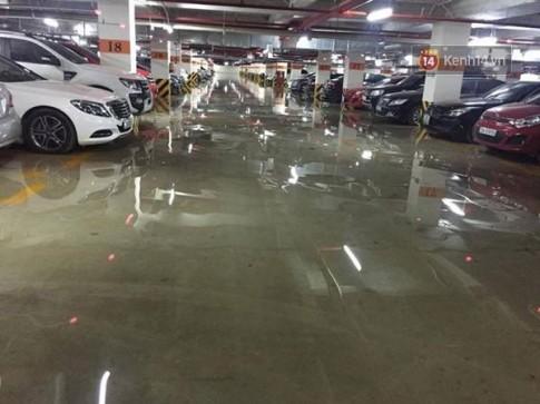 Hà Nội thành biển nước vì mưa lớn cả đêm
