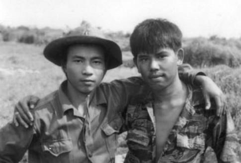 Hai người lính...