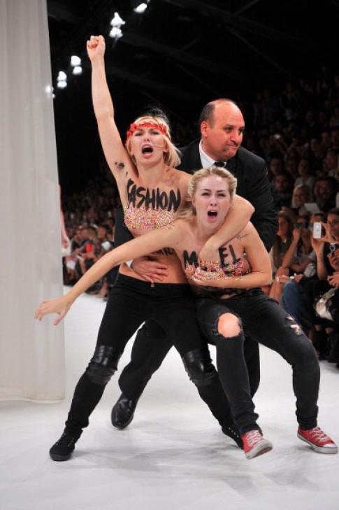 Hai phụ nữ ngực trần náo loạn Tuần thời trang Paris