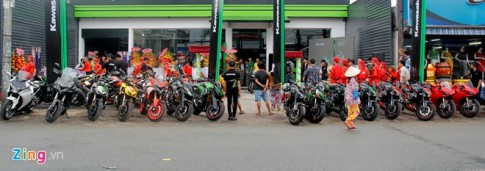 Hàng chục môtô hội tụ về showroom Kawasaki