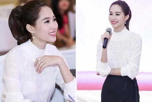 Hoa hậu Đặng Thu Thảo rạng rỡ đi tư vấn cho thí sinh trước giờ G