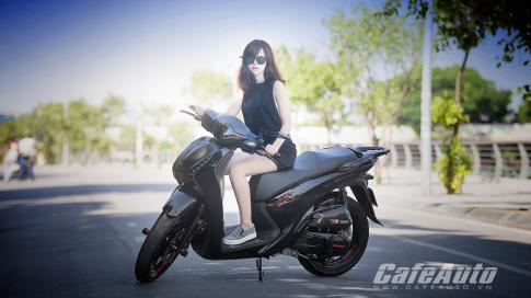 Honda SH độ đẹp tinh tế bên cạnh mẫu Tây xinh đẹp