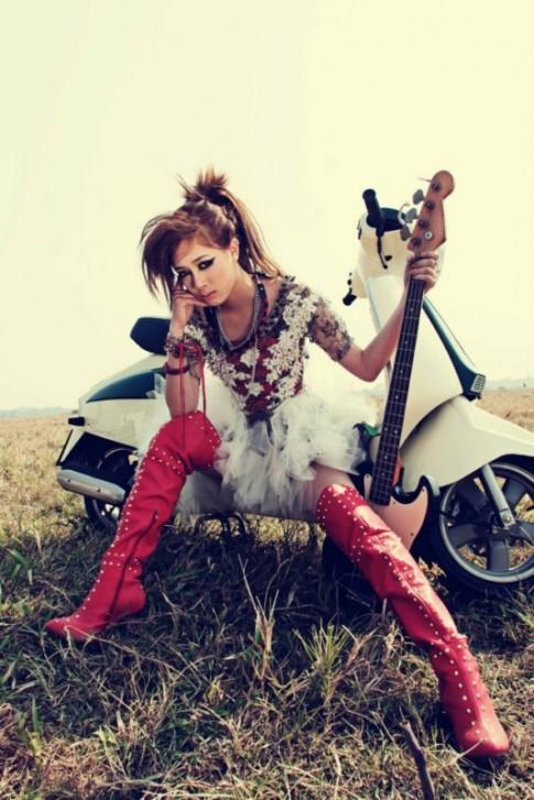 Hot girl Hà Min 'cháy' với rock bên đồng hoang cùng xe Lambretta.