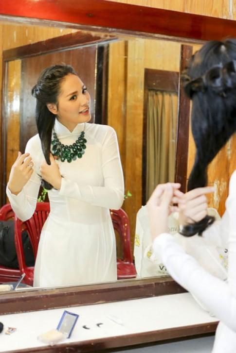 Hương Giang diện áo dài đằm thắm