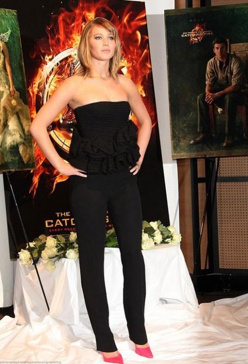 Jennifer Lawrence ngày bốn bộ trang phục dạo Cannes