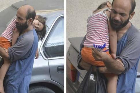 Kết thúc bất ngờ cho ông bố tị nạn bế con gái bán từng chiếc bút sống qua ngày