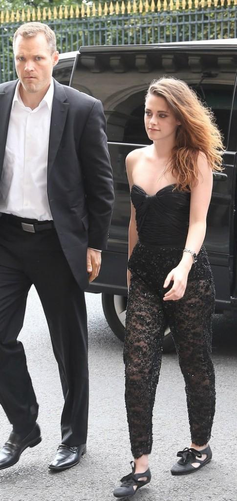 Kristen Stewart hút mắt với jumpsuit ren xuyên thấu