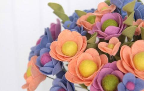 Làm bình hoa bằng vải dạ rực rỡ trang trí nhà mình đầy sức sống