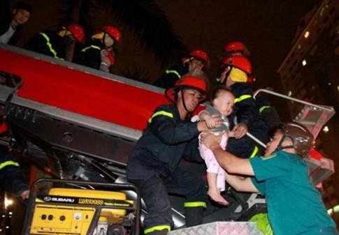 Lính cứu hỏa nhường mặt nạ chống độc cho người dân