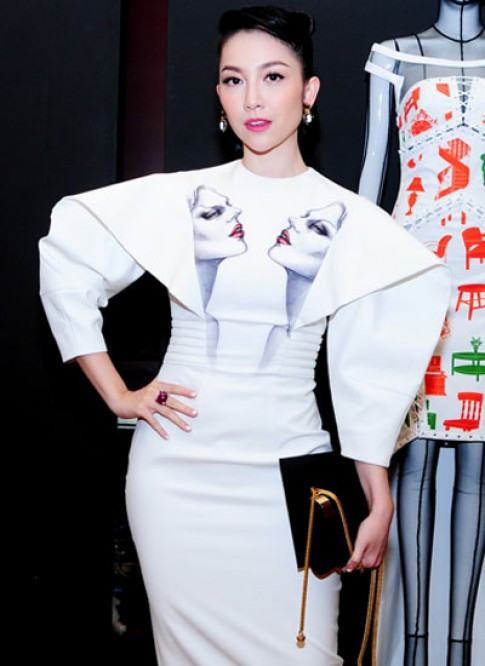 Linh Nga ấn tượng với váy in họa tiết mặt người