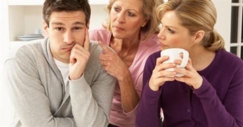 """Mẹ chồng nhờ người thứ ba """"cảnh cáo"""" nàng dâu"""