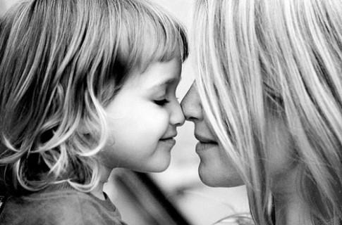 Mẹ dạy con cách để yêu thương