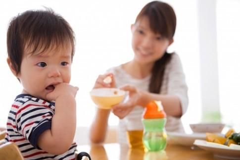 Mẹo hay trị tật ăn ngậm của bé