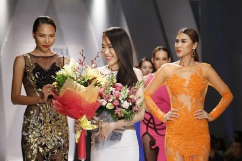 Minh Triệu khoe dáng sexy trong váy xuyên thấu