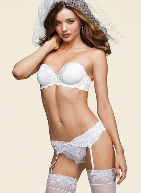 Miranda Kerr nong bong trong do lot co dau