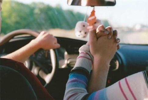 Nắm tay nhau làm gì để lại buông?