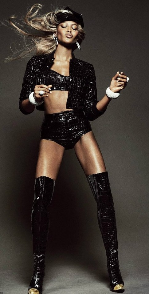 Naomi Campbell vẫn bốc lửa ở tuổi 42