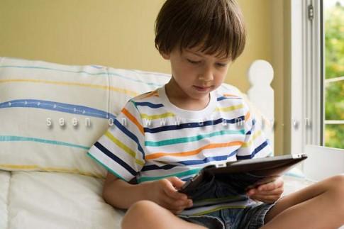 Nghiện smartphone, trẻ dễ tự kỷ và kém thông minh