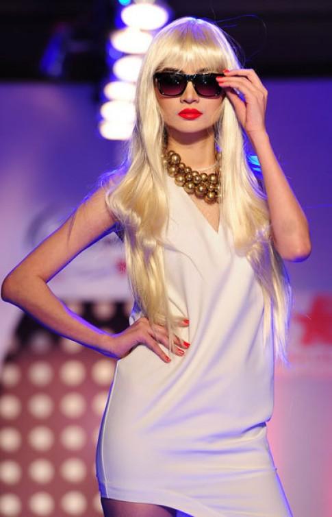 Ngọc Oanh đội tóc bạch kim diễn thời trang
