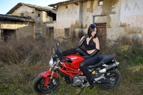 Người đẹp cá tính khoe dáng cùng Ducati Monster 795