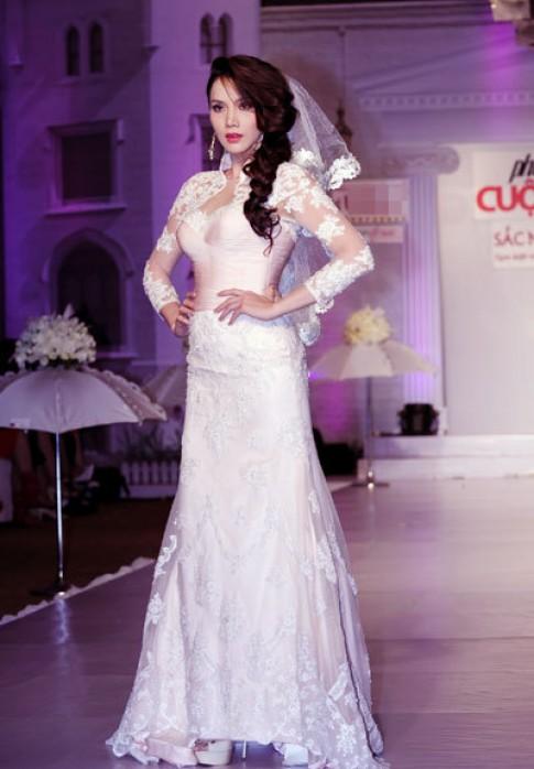 Người mẫu diễn váy cưới