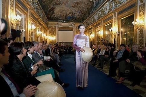 Người mẫu Italy trình diễn thiết kế của Hoàng Hải