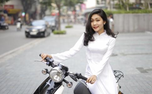 Nữ sinh Việt đọ dáng cùng xe máy điện Honda V-SUN V3