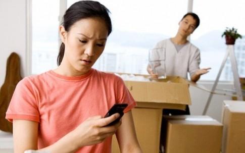 """Quên tắt ghi âm điện thoại phát hiện chồng """"tòm tem"""" ở ngoài"""