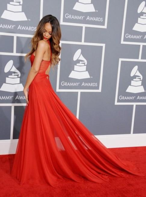 Rihanna yểu điệu trong váy đỏ dự Grammy 2013