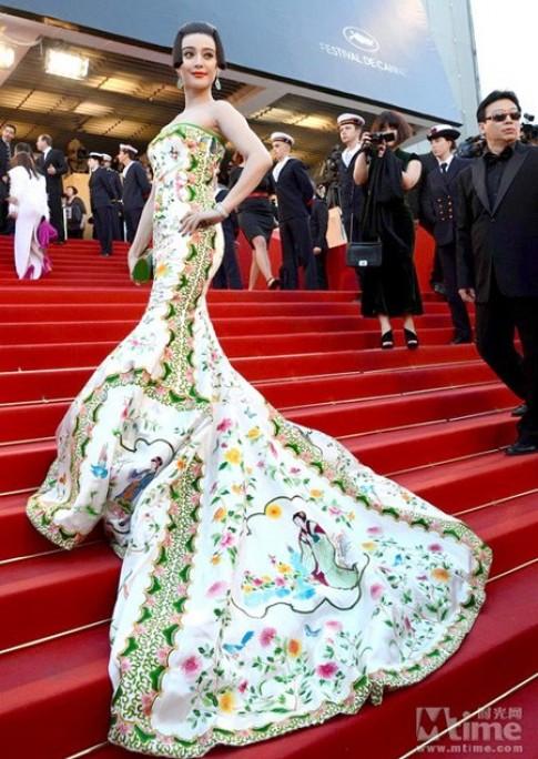 Sao nữ gốc Hoa đầy sức sống trong trang phục màu xanh lá