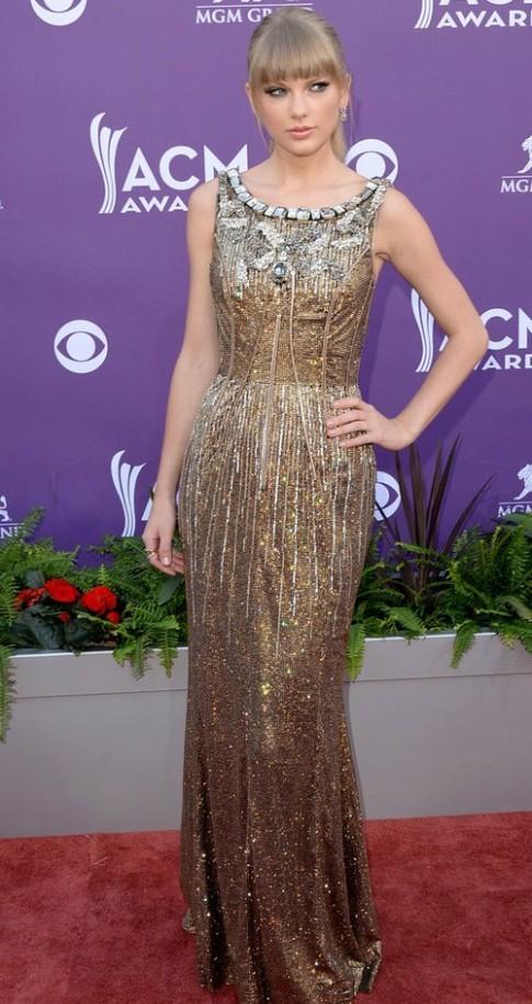 Taylor Swift lấp lánh trên thảm đỏ ACM Awards