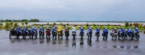 Thiếu nữ miền Tây tạo dáng bên Yamaha Exciter