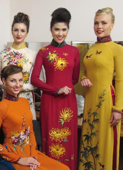 Thu Hằng mặc áo dài rạng rỡ bên người mẫu Ukraine