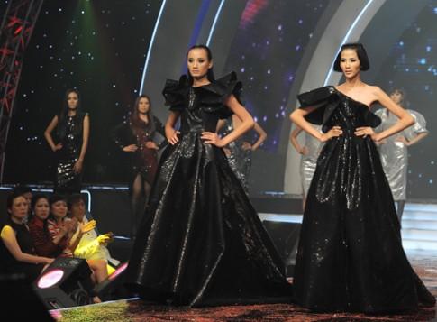 Top Model lấp lánh váy 'Ngân hà'