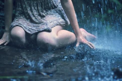 Trên con đường mưa ngày ấy, chỉ còn thân tôi xiêu vẹo tìm lối về...