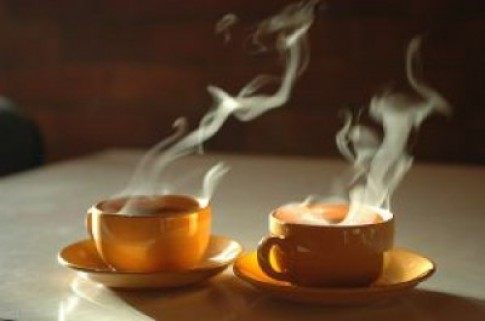 Uống trà nóng gây giòn xương?
