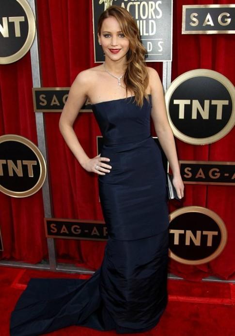 Váy Jennifer Lawrence bị đứt ngang