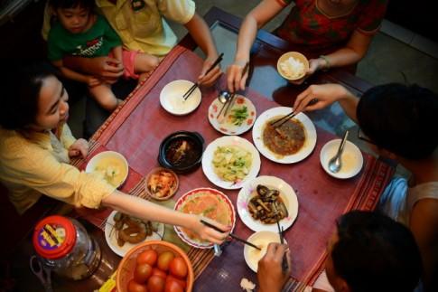 Vì sao khi ăn đừng gắp thức ăn cho người khác?