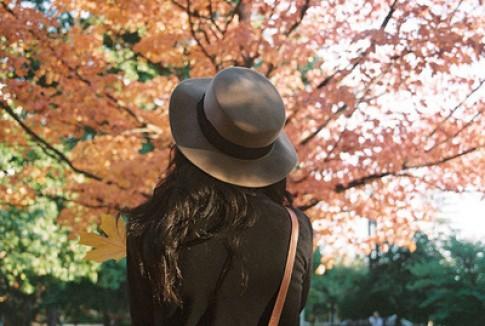Yêu nhau đi anh, mùa thu sắp qua rồi...