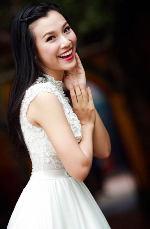Á hậu Hoàng Oanh e ấp trong váy cô dâu