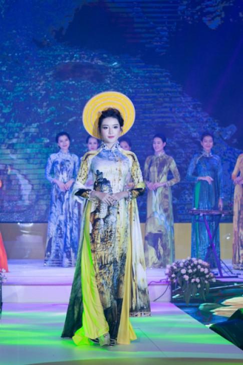 Á hậu Huyền My trình diễn áo dài tại Asia Park
