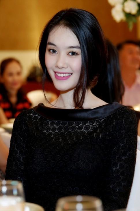 Á hậu Linh Chi diện giày gần 100 triệu đồng