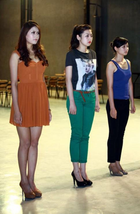 Á hậu Tú Anh tập diễn thời trang